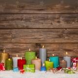 Gutschein zu Weihnachten: Kerzen bunt und Geschenke auf Holz